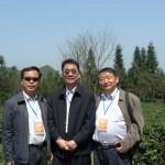 20140211170005.7. 本會秘書長吳軍捷(中)、副秘書長林治(右)於茶園合影