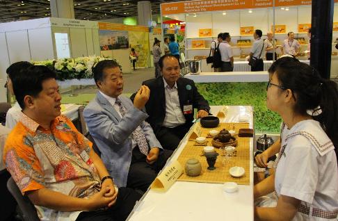 中國茶文化交流協會執行會長張國良(中)、副會長吳志斌(左一)、副會長兼秘書長劉偉忠(右一)和同學交流茶文化。