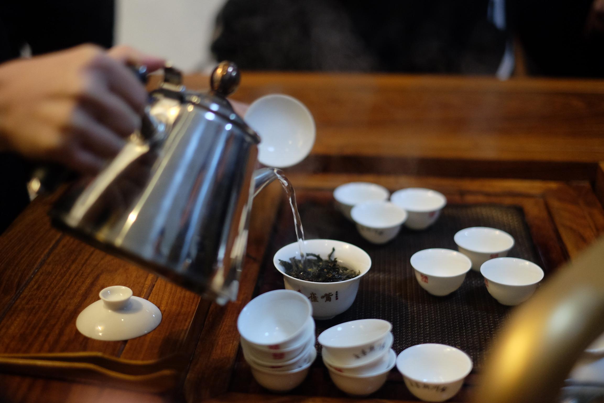 茶師以「高沖低灑」的方式,往蓋碗裡倒入沸水