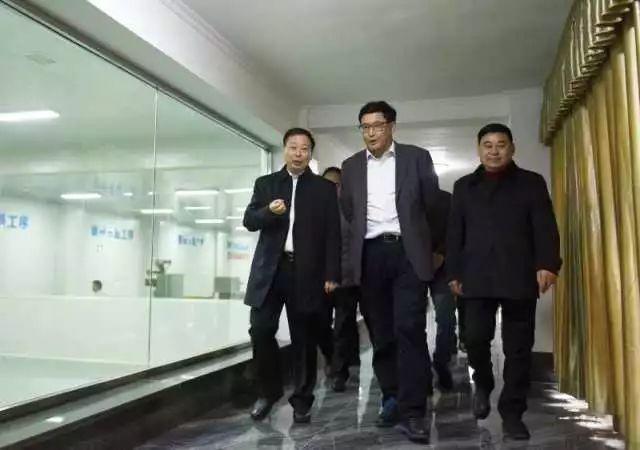 (右起)本會副秘書長、川茶集團董事長顏澤文,四川省副省長堯斯丹,宜賓市委副書記鄧正權
