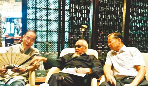 文老與楊孫西(左)、張國良(右)談茶文化