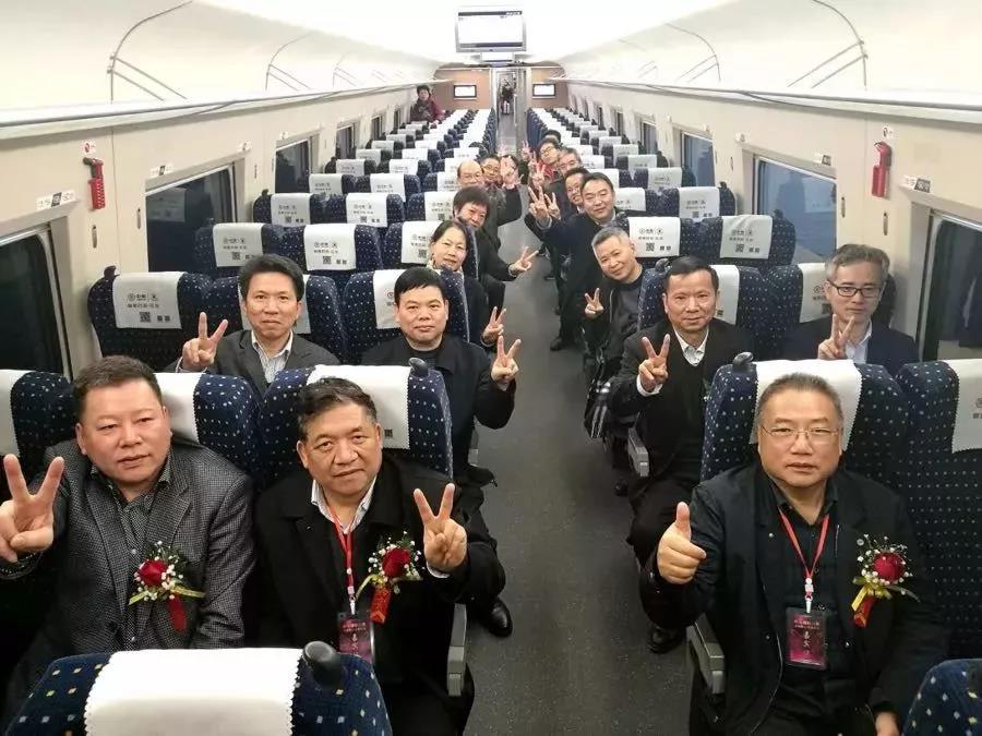 嘉賓乘坐首發列車