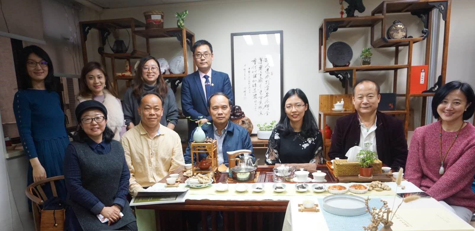 本會常務副會長兼秘書長劉偉忠(前排左三)與曲靖香港聯誼商會成員合影