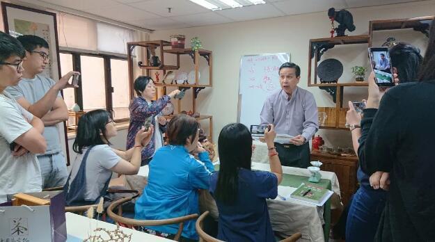 老師為學員們講解評茶基本步驟