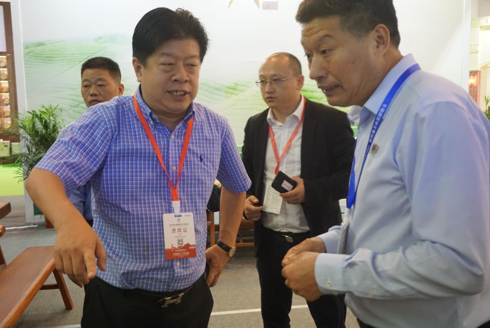 左一為本會常務副會長吳志斌,右一為狮牌龙井董事长余伟永