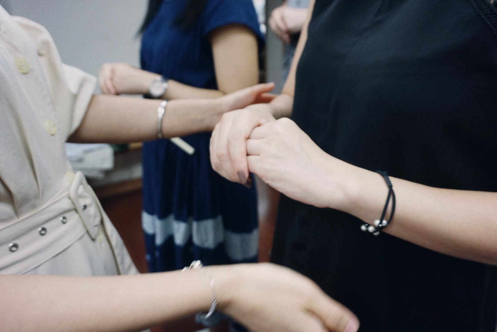 老師為學員們糾正手部姿勢