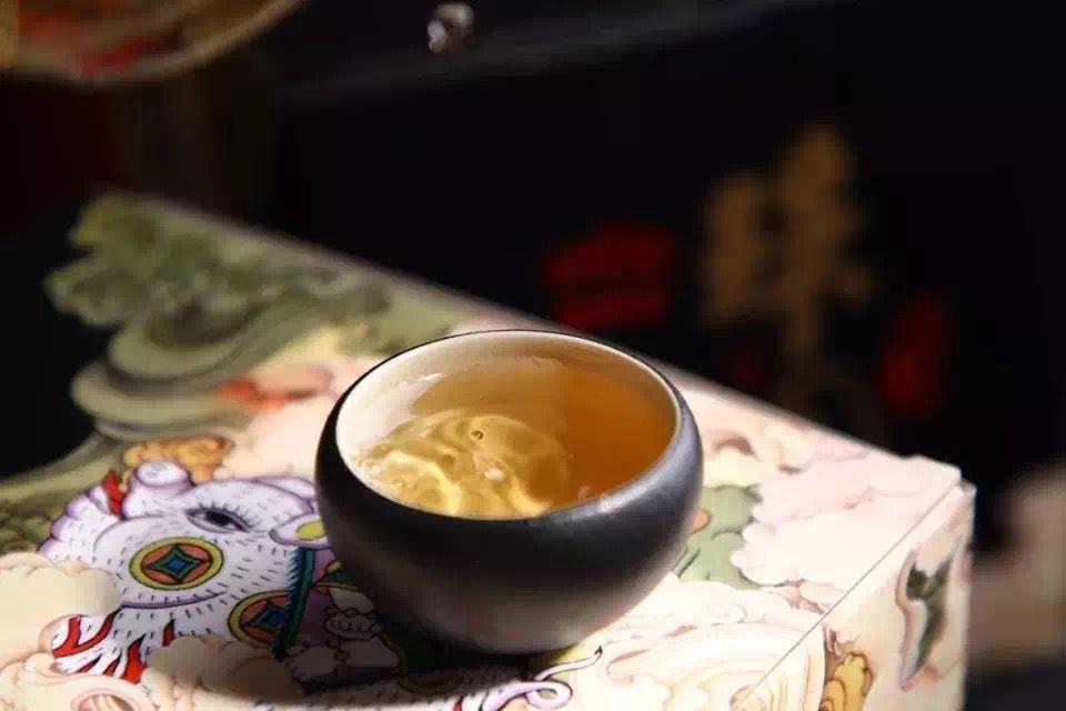 """茶葉條索肥美壯碩,色澤鮮亮油潤,又似璞玉般靜雅清靈,故稱其""""玉潤"""""""